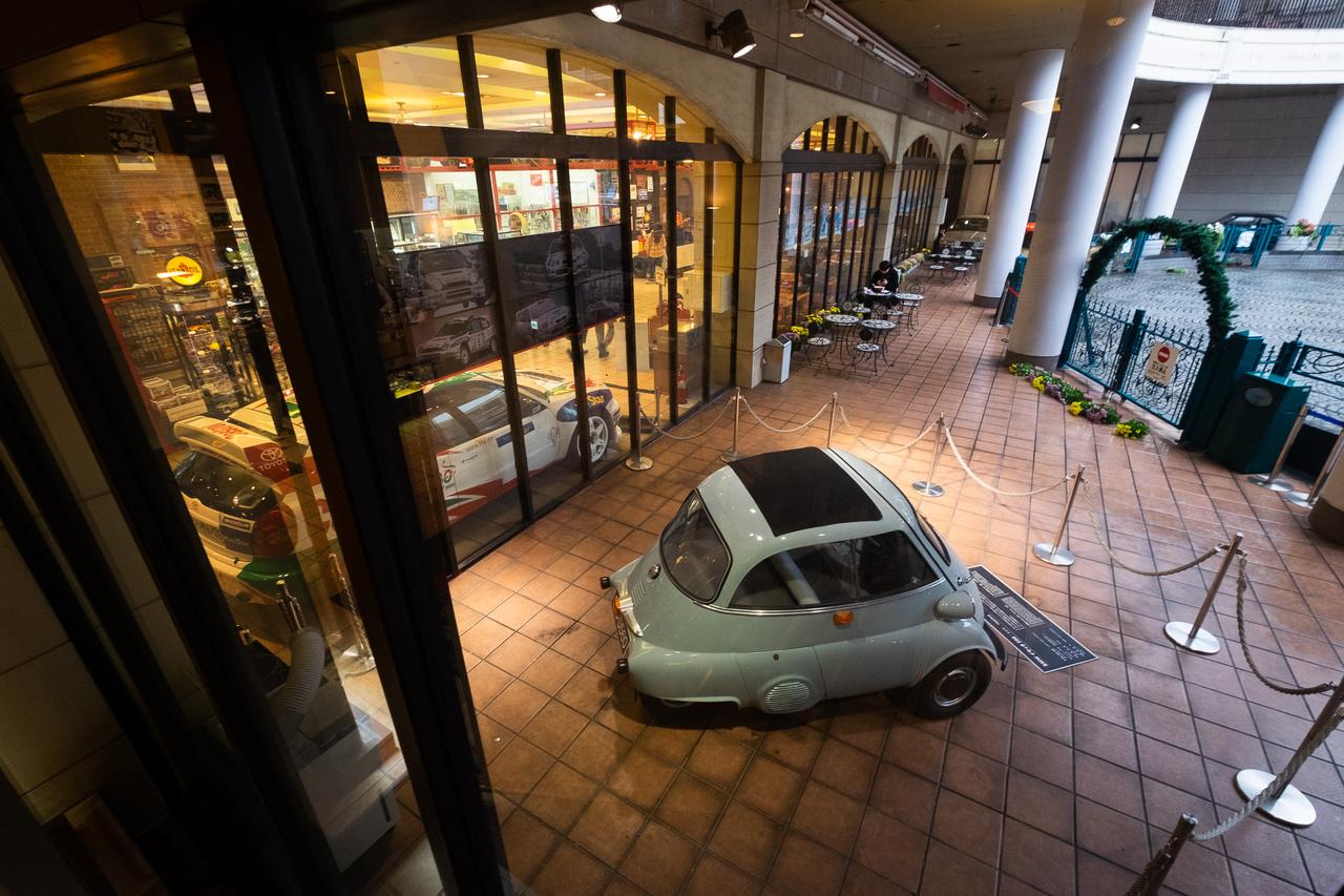 Korai BMW Isetta a múzeum belső udvarában