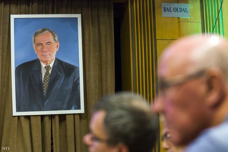 Horn Gyulát ábrázoló portré az MSZP egykori elnökének tiszteletére rendezett emlékkonferencián 2018-ban