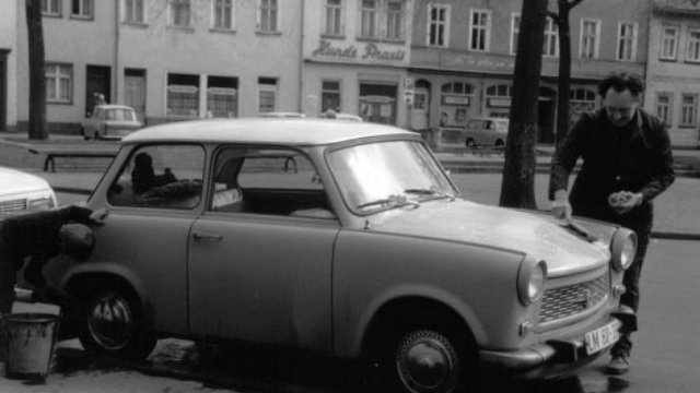 Autóápolás a berlini fal árnyékában