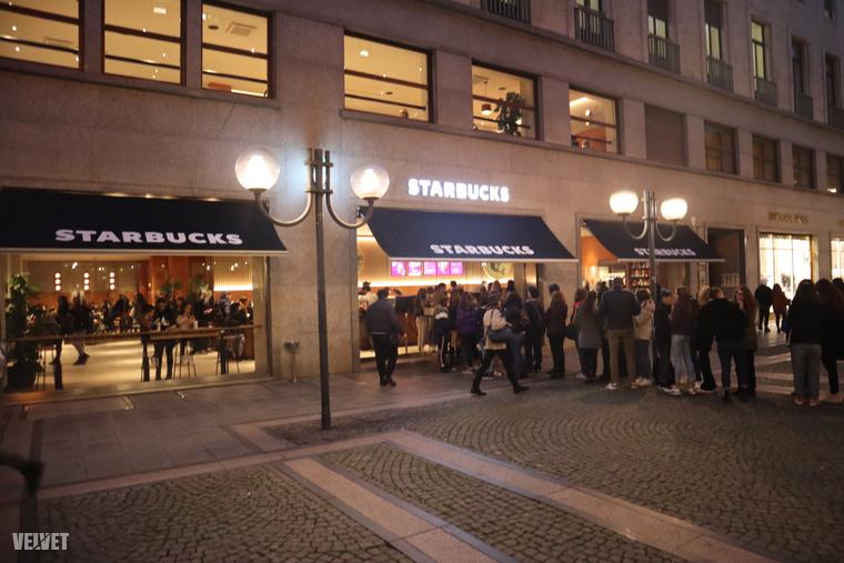 Már több, mint egy hete megnyílt a torinói Starbucks, és egyelőre hatalmas az érdeklődés.