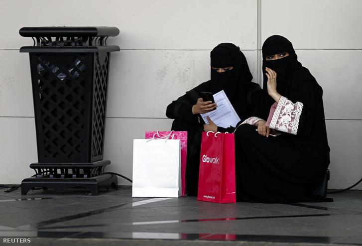 Szaúdi diákok egy álláskeresőknek szóló kiállításon Rijádban.