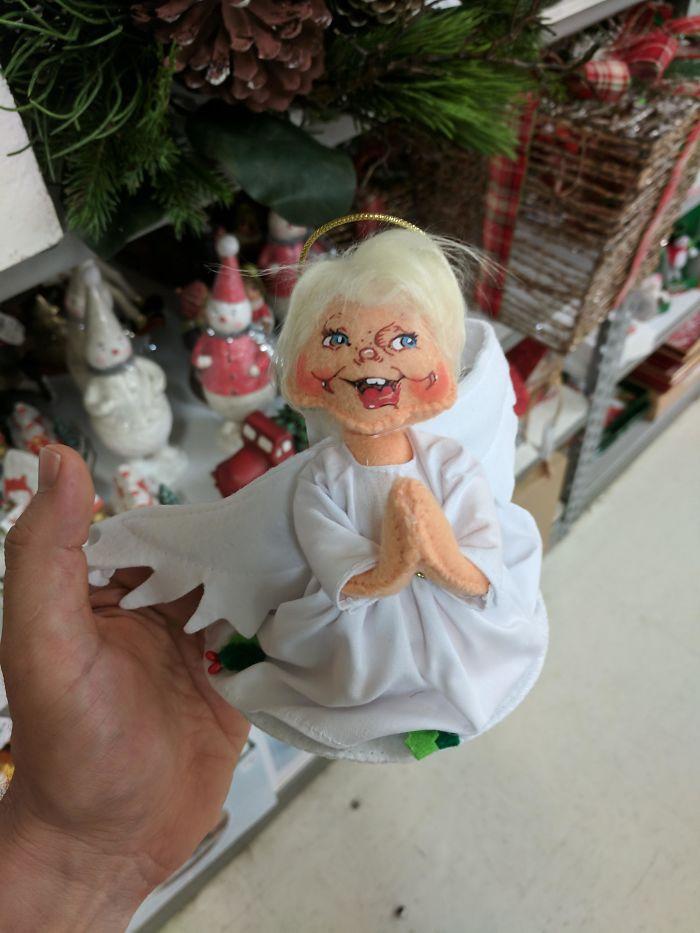Boldog karácsonyt? Ezzel az angyalkával inkább a gyerekeket lehetne rémisztgetni...