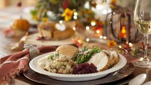 Karácsonyra is elkészítheted: rozmaringos pulyka borban, gesztenyés-vajas pasztinákpürével