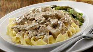 Vargányás, tejszínes sertésszűzcsíkok egyszerűen – házi tésztával tálald!