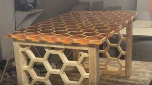 Méhsejt mintás áttetsző asztal