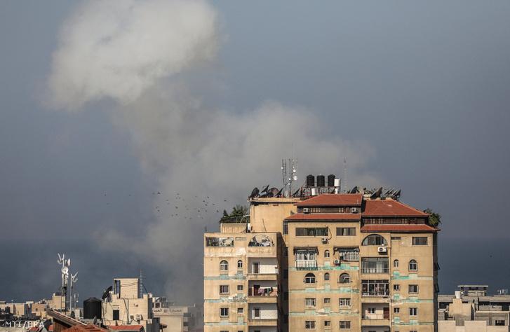 Izraeli rakétatámadás füstje száll fel Gáza városában 2019. november 12-én.