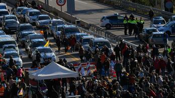 Autópályát foglaltak el a katalán függetlenségpártiak Franciaországban, feloszlatták a tüntetést