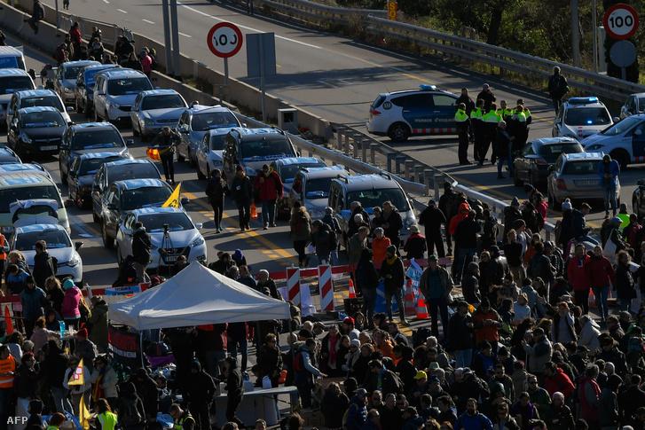 Az AP-7-es autópályát hétfőn elfoglaló tüntetők a francia határnál La Jonqueraban