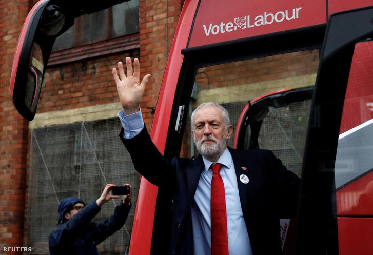 Jeremy Corbyn a Munkáspárt vezetője száll ki a párt kampánybuszából Liverpoolban, 2019. november 7-én