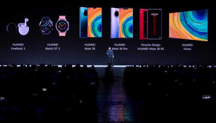 Richard Yu a Huawei sajtótájékoztatóján bemutatja az új Huawei Mate 30 Pro okostelefon-sorozatot