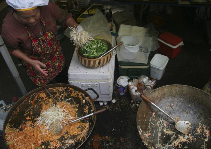 Pad thai-t készül az észak-virginiai Restonban rendezett thai fesztiválon