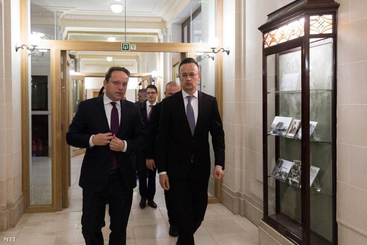 Szijjártó Péter miniszter Várhelyi Olivér szomszédság- és bővítéspolitikáért felelős biztosjelölt társaságában az Európai Unió külügyminisztereinek brüsszeli ülése előtt 2019. november 11-én