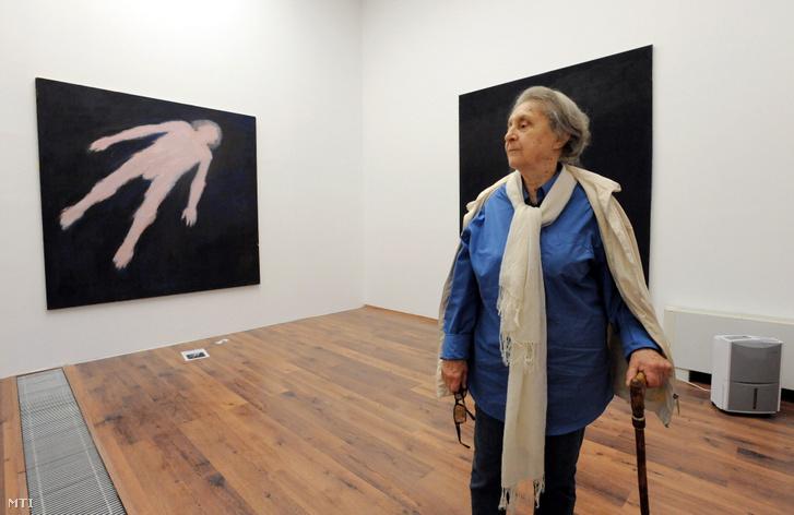 Reigl Judit festőművész áll alkotásai előtt A létezés ritmus című életmű-kiállításának rendezése során a debreceni MODEM Modern és Kortárs Művészeti Központban 2010. június 15-én.