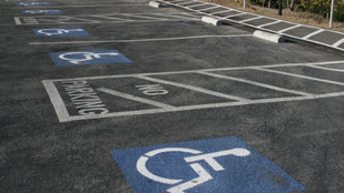 Álltál már meg egészségesként a sérülteknek fenntartott parkolóhelyen?