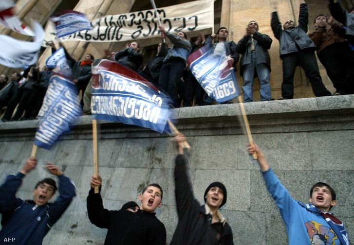 Kormányellenes tüntetés Tbilisziben 2003-ban