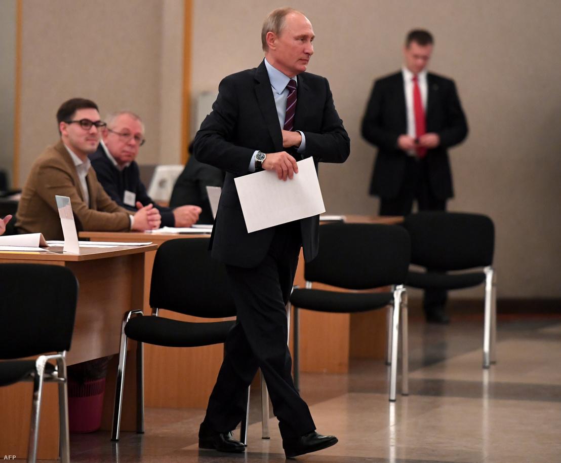 Vlagyimir Putyin adja le a szavazatát az önkormányzati választásokon Moszkvában 2017. szeptember 10-én
