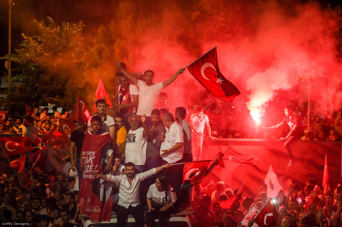 Ünneplő tömeg az ellenzék győzelme után Isztambulban 2019. június 23-án