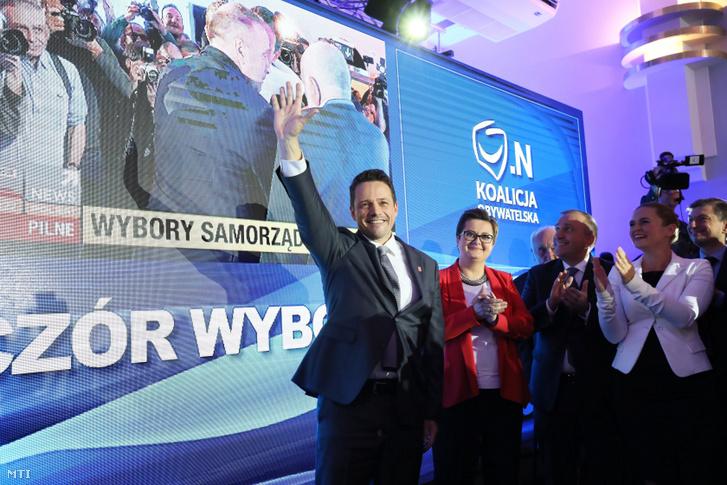 Rafal Trzaskowski az ellenzéki Polgári Koalíció a KO varsói polgármesterjejöltje (b) Varsóban 2018. október 21-én miután győzött a lengyel önkormányzati választások első fordulójában.