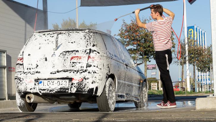 Akárhányszor megy el Martin kocsit mosni, az mindig nagyobb költségvetés, és huzamosabb idő.
