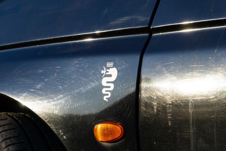 Mindenhol találunk az autón kívül és az autón belül is nyomokat arra, hogy egy Alfa Romeoval van dolgunk.