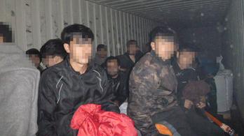 Félszáz afgán rejtőzködött a tehervagonban