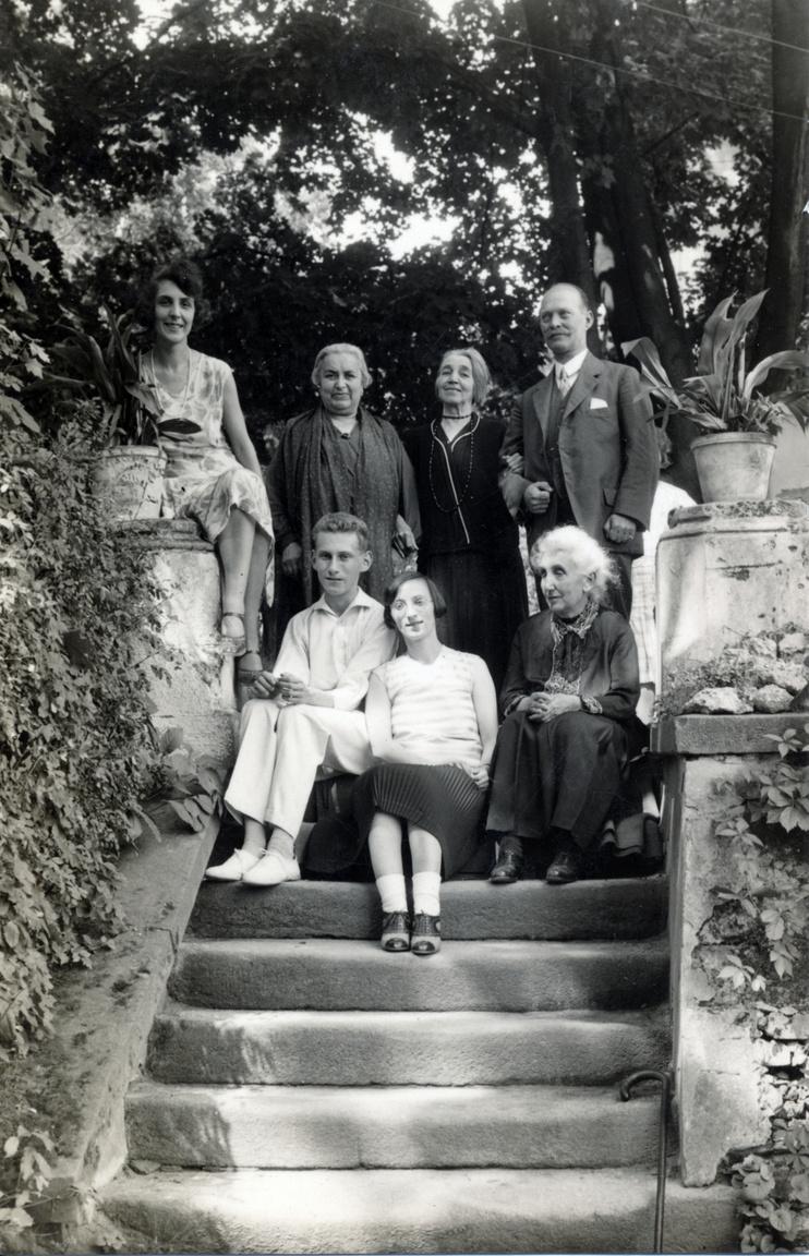 Ismeretlenek a családi albumbólRévész Margit első férjével, a lipótmezei elmegyógyintézet másodorvosával indította el a Szanit. Dr. Dósay Mihály fiatalon meghalt; kislányuk, a Bibisnek becézett Margit a Szaniban nevelkedett a többi gyerekkel (később az erdei iskolában tanított). Az 1919-es Tanácsköztársaság nagy változást hozott a Szani és Révész Margit életében is. A proletárdiktatúra alatt államosították a szanatóriumot, állami felügyelőt helyeztek Révész Margit mellé. Az állami felügyelőből néhány évvel később Révész Margit második férje lett; dr. Hrabovszky József is bekapcsolódott a munkába. Három év alatt három gyerekük született: Anna 1922-ben, János 1923-ban, Gábor 1925-ben.