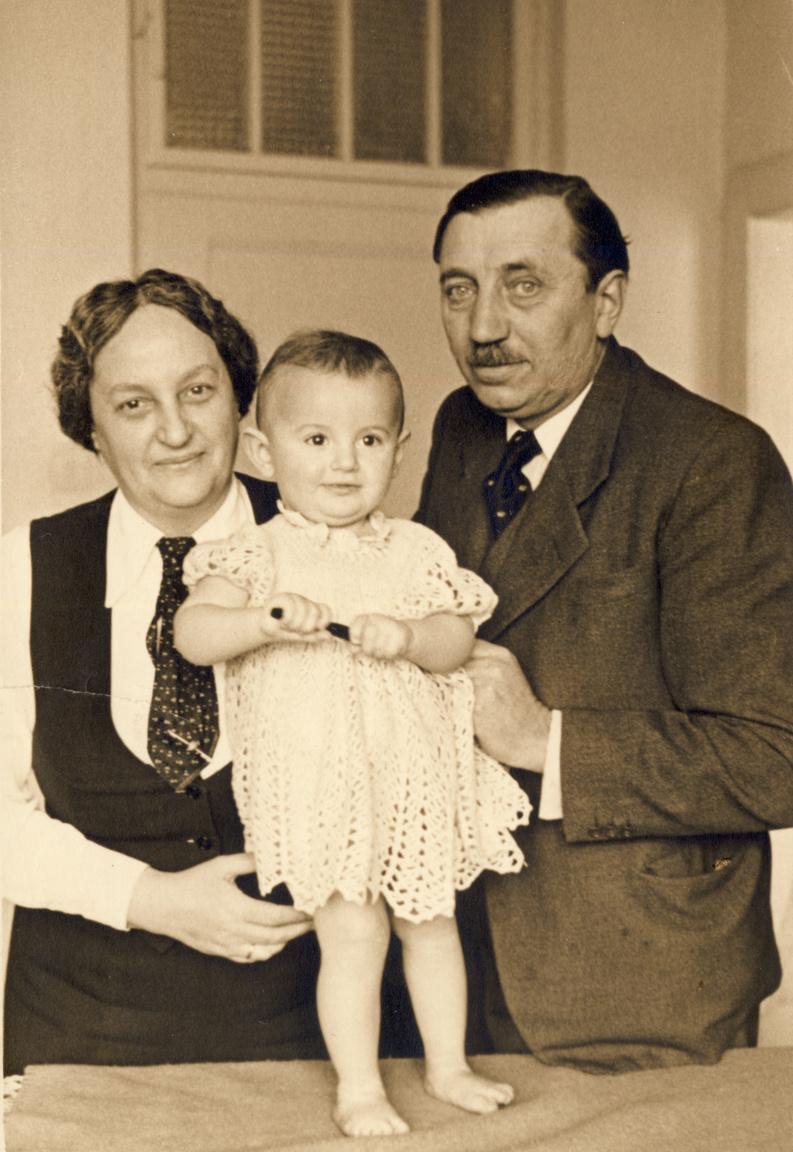 """Révész Margit és Hrabovszky József unokájukkal, Ferenczy Krisztinával 1940-benRévész Margit 1885-ben született Bácsfeketehegyen (ma: Szerbia), ahol apja körzeti orvosként dolgozott. Dr. Reisz Fülöp az 1890-es években magyarosította Révészre a család nevét, Békéscsabára költözve fogorvosként praktizált tovább. A városi értelmiség elismert tagja volt egészen 1944-ig, amikor kilencvenévesen feleségével együtt Auschwitzba deportálták. A megyében a Révész-lányok az elsők között iratkoztak gimnáziumba, Margit 1903-ban érettségizett Békéscsabán. """"Művészetre, tudományra szomjasan kerültem az egyetemre""""– írta Révész Margit a családi iratok között fennmaradt, máig kiadatlan feljegyzéseiben. Az orvostudor leány 1908-ban kapott idegorvosi diplomát a budapesti orvosi karon; gyakorlatát a gyógypedagógiai laboratóriumban és a Moravcsik-féle Elme- és Idegkórtani Klinikán végezte 1910-ben, egy időben dr. Brenner Józseffel."""