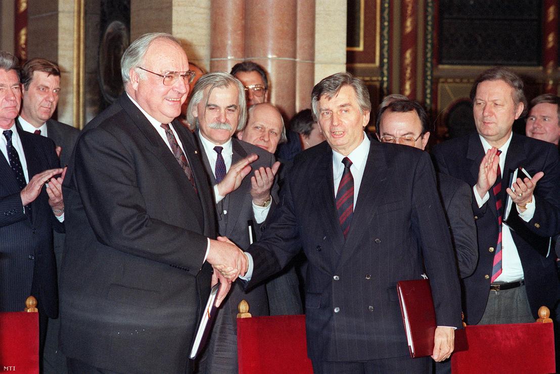 Antall József miniszterelnök és Helmut Kohl német kancellár az Országház kupolatermében aláírták a magyar–német alapszerződést.