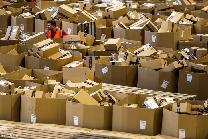 Becsomagolásra és szállítmányozásra váró árucikkek az Amazon internetes kereskedelmi óriáscég elosztóközpontjában Madridban 2017. november 24-én fekete pénteken.