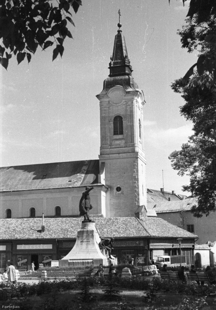 Kossuth Lajos szobra, mögötte a mára lebontott üzletsor a Szent Miklós Barátok temploma mellett.