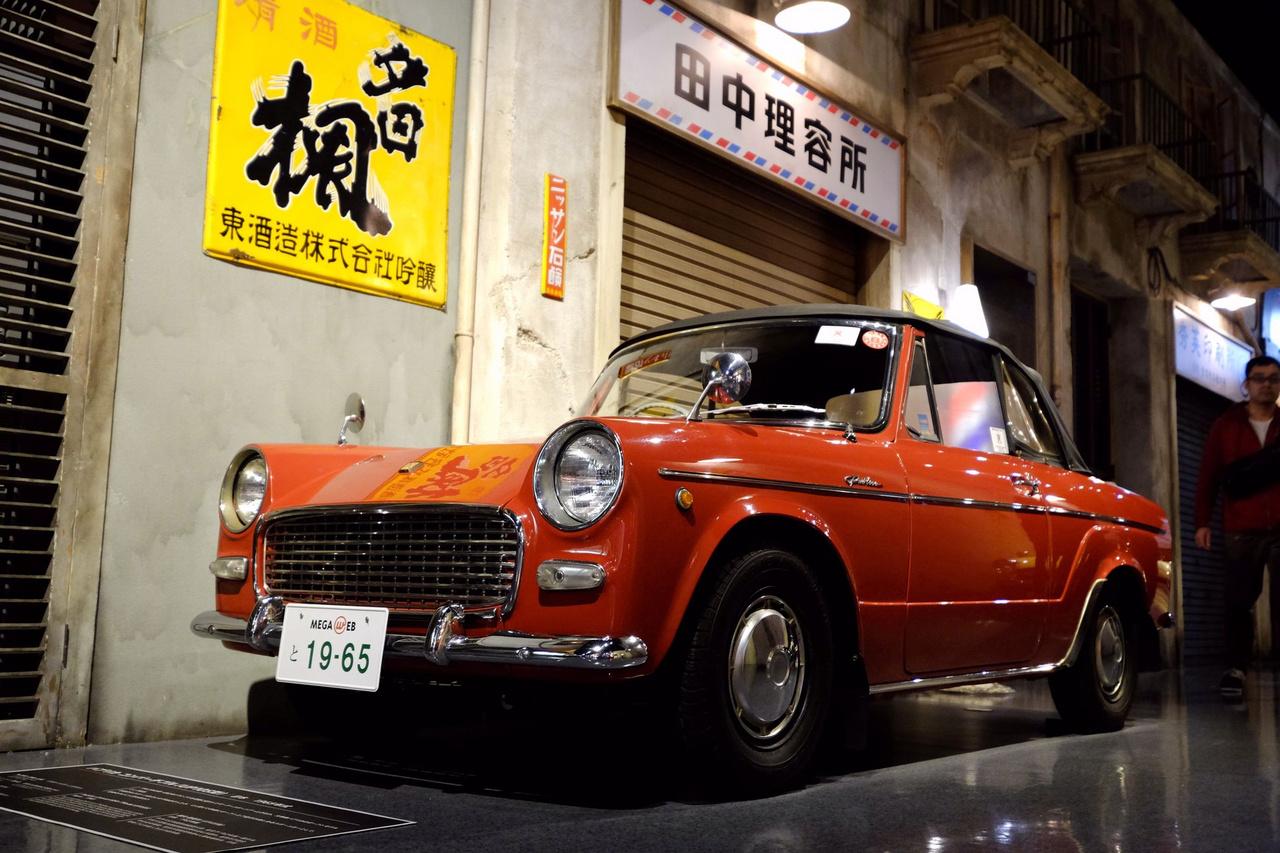 A Toyota jóvoltából maradhattunk a Totalcar Tokyo Trip keretében Japánban, de szerintem itthon nem is gondolták, hogy ilyen képekkel népszerűsítjük majd a márkát. Ez itt ugyanis egy őőőő... Yaris kabrió. Oké, annak az őse (Yaris-Starlet-Publica-vonal). 700 köbcentis, 36 lóerős Publica Convertible 1965-ből