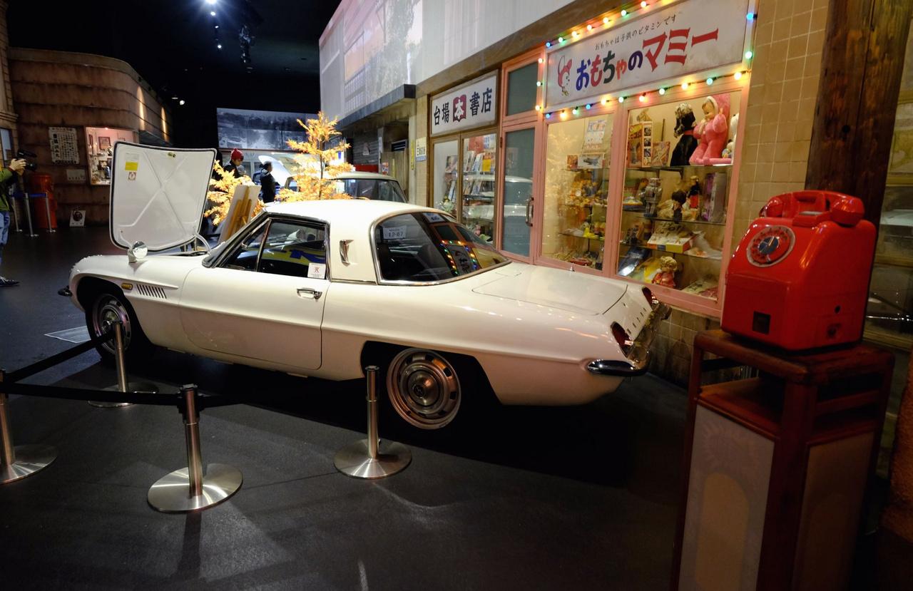 Egy űrhorrorpornó-autó a japáni múltból: a világ első széria kéttárcsás autója, a Mazda Cosmo 110S. És egy korabeli, tehát 1971-es utcai telefon