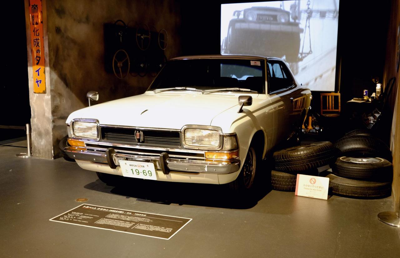 Amikor Japán eldobta az európaiak koppintását és minden amerikai stílusú lett. 1969-es Toyota (azaz Toyopet) Crown oszlop nélküli kupé, a teljes 4,6 méterével és kétliteres, sorhatos, 125 lóerős motorjával
