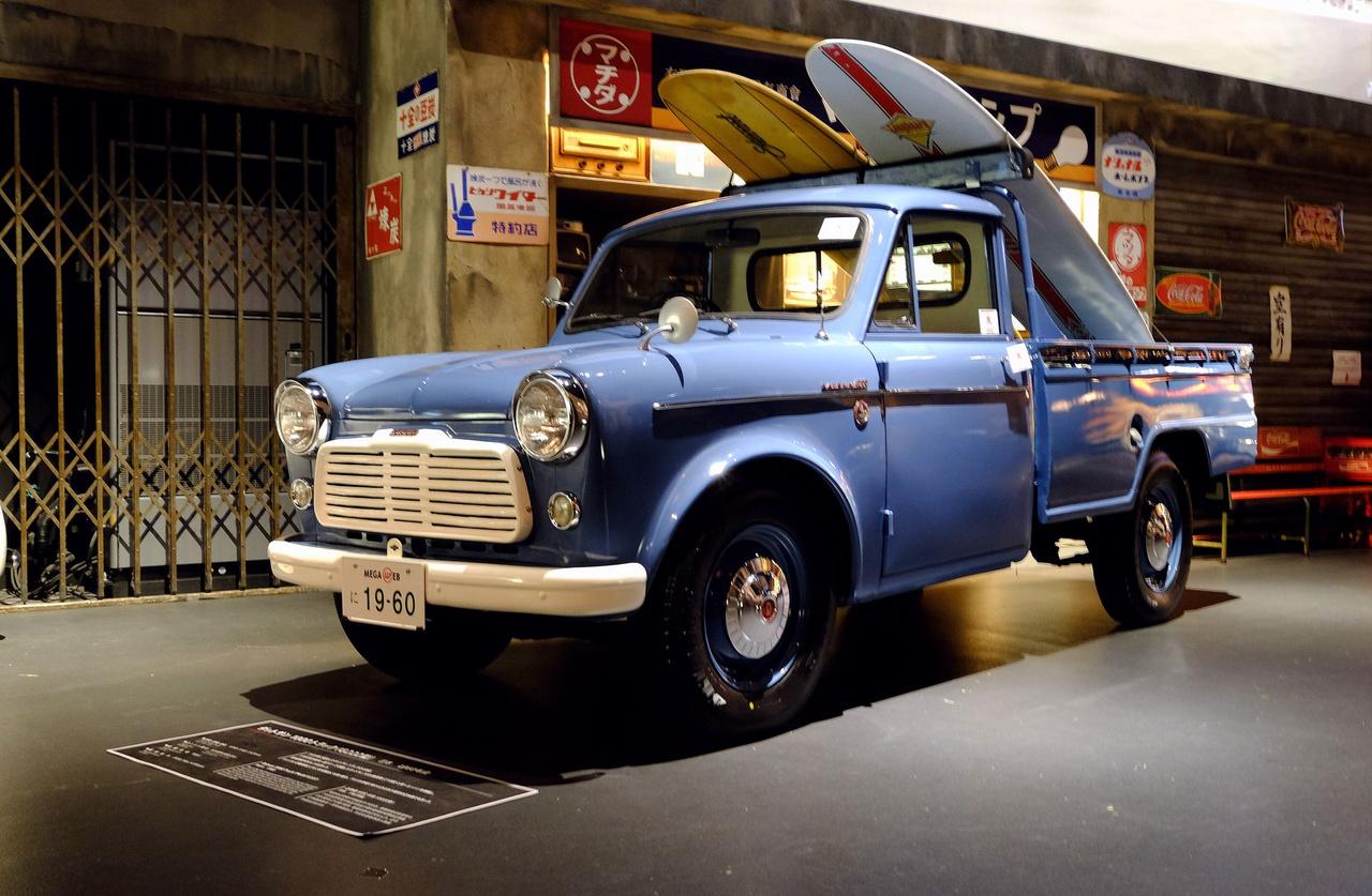 Datsun 1000 pickup 1960-ból, meglehetősen kaliforniaias öltözetben, két szörfdeszkával. De hiteles, mert a japánok is űzik a sportot. A csúcssebességnél se kellett túl erősen lekötözni a deszkákat, mert a kisteher csak 90-et ment