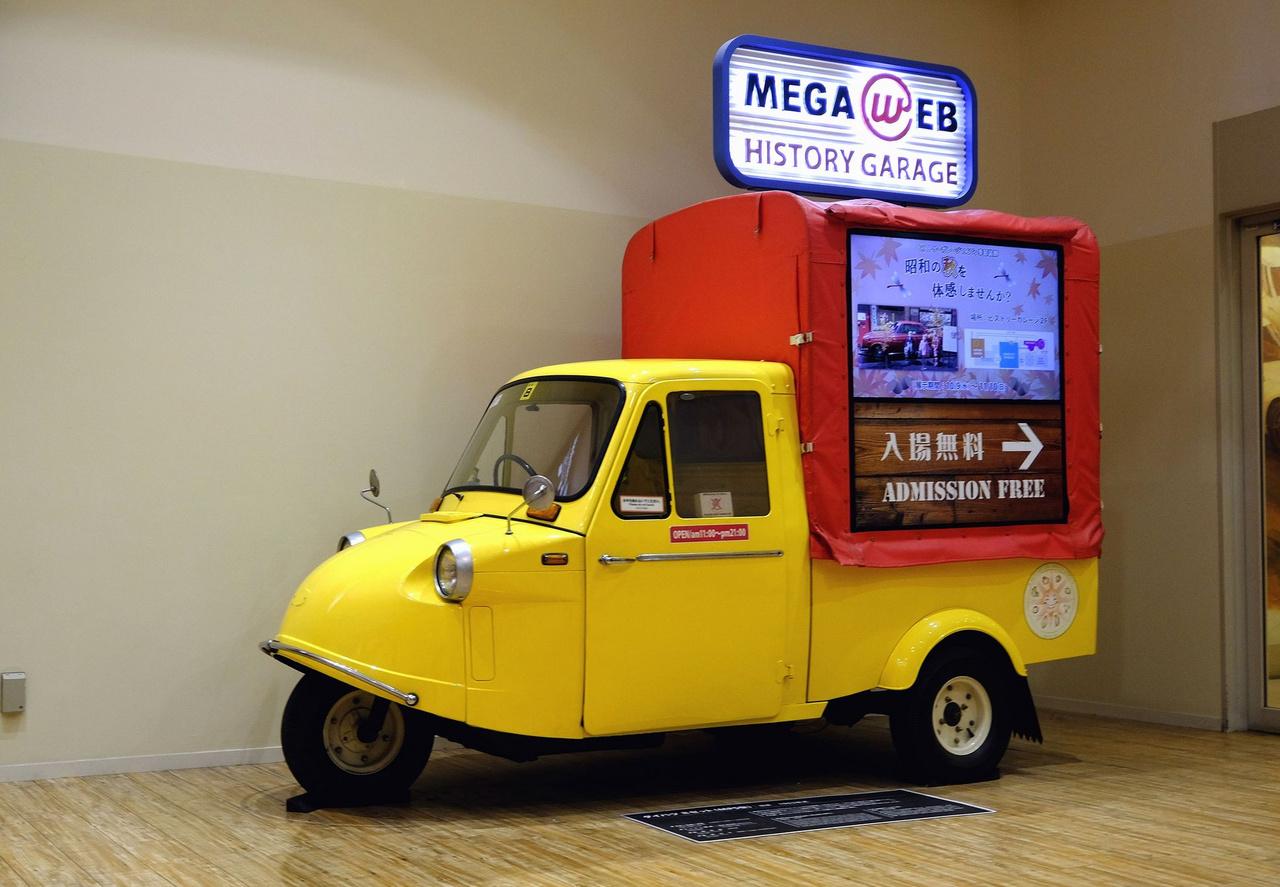 Daihatsu háromkerekű pickup az alsó szint elején. Ha valaki járt Thaiföld régi fővárosában, Ayutthayában, na, ott még mindig ilyenek a tuk-tukok. De még a bangkoki csontváz-verziók is ennek a kis Daihatsunak a kétütemű motorját használták pár évvel ezelőttig