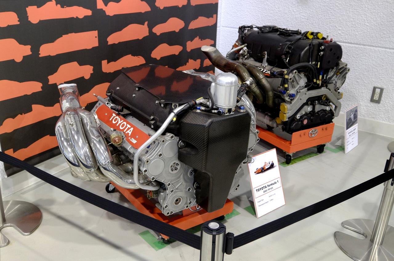 A 2001-es, csalós Toyota F1-motor (RXV01) és a 2002-es Cart-motor egymás mellett