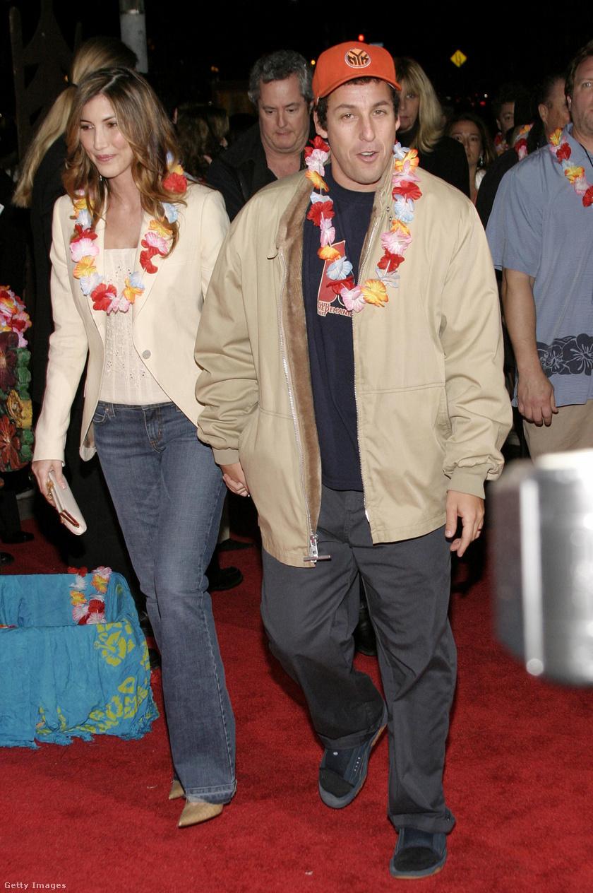 Adam Sandler gyönyörű felesége sokszor feltűnik a komikus filmjeiben, apróbb szerepekben. A szemfüles rajongók kiszúrhatták például az 50 első randiban, a Nagyfiúkban vagy a Kellékfeleségben is.