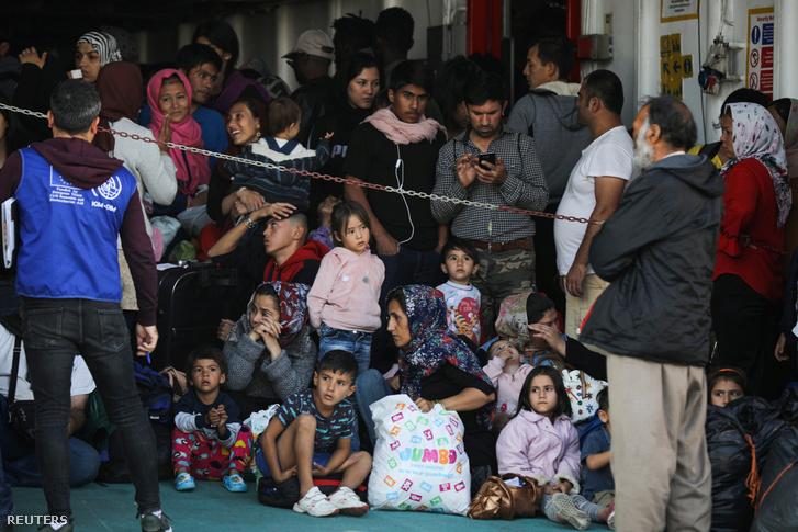 Menekültek és bevándorlók érkeznek kompon Samos szigetéről Elefsina kikötőbe 2019. október 22-én