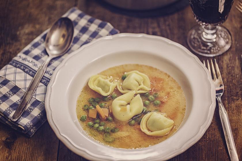 20 perces zöldséges tortellini leves: az olasz töltött tészta szuper levesbetét