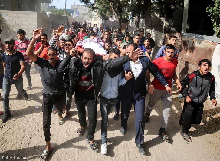 Az áldozatok temetési menete Gáza városában