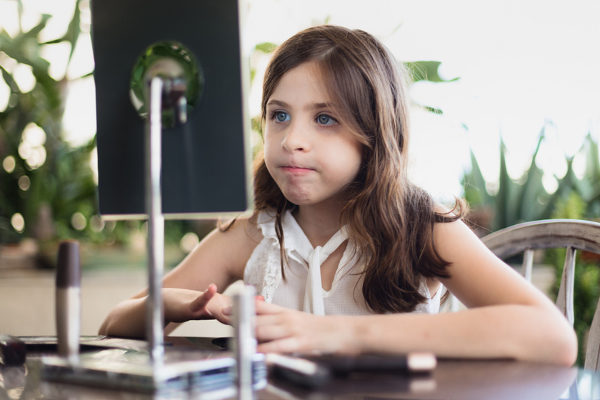 Normális, ha egy 10 éves kislány szedi a szemöldökét? Nem kell túlgondolni a dolgot