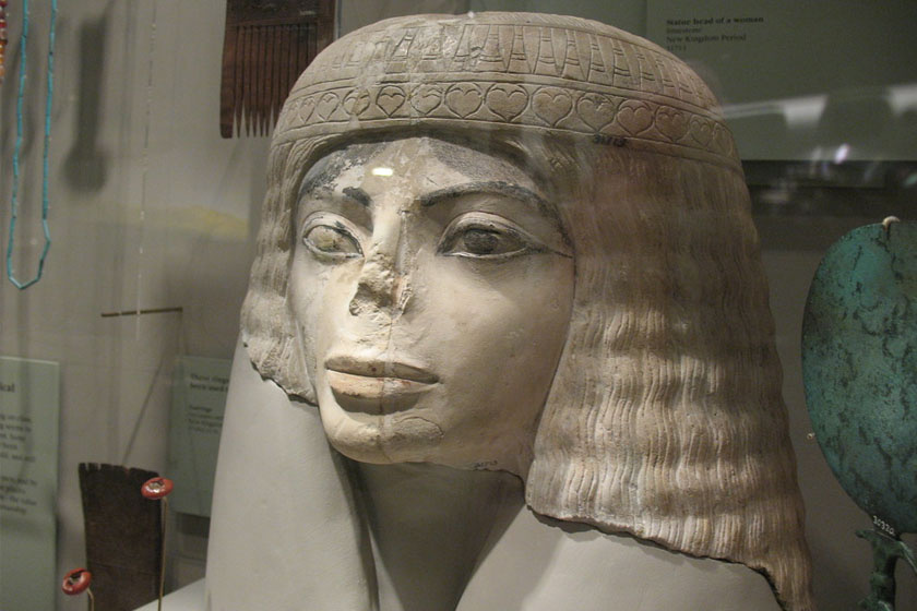 3 ezer éves, egyiptomi nőt ábrázoló szobor.