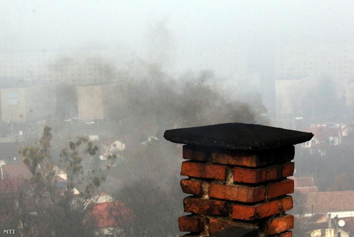 Kémény füstöl Miskolcon szmogriadó idején 2019. február 19-én