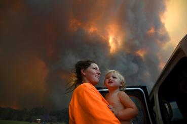 Egy anya és 18 hónapos lánya háttérben füstfelhővel Nana Glen közelében 2019. november 12-én, kedden