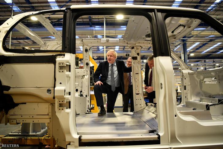 Boris Johnson a szerdai kampánykörútján egy elektromos taxikat gyártó üzemben, a közép-angliai Coventry közelében