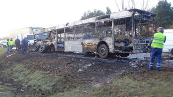 Kigyulladt egy busz az M5-ösön Inárcsnál