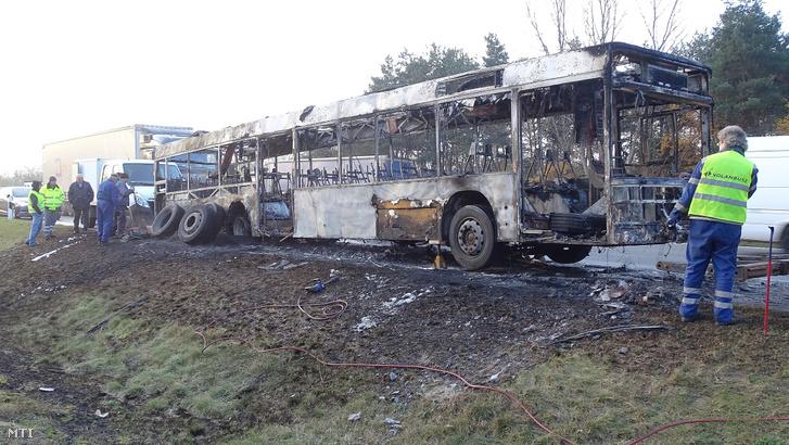 Kiégett autóbusz az M5 autópályán Inárcsnál