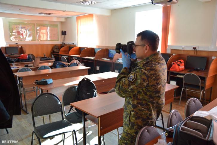 Helyszínelő készít képet az iskolai lövöldözés helyszínén Blagovescsenszkben