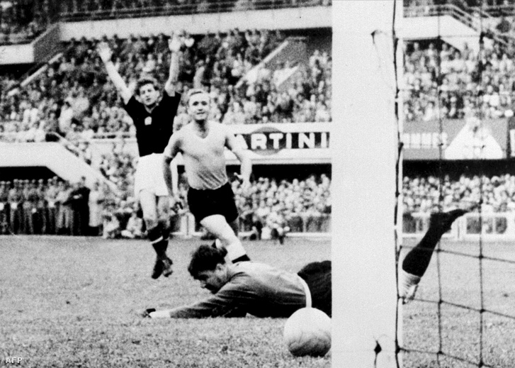 Az 1954-es mérkőzésen Kocsis Sándor gólt szerez az uruguay csapat ellen