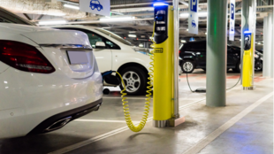 Elektromos autó kontra belső-égésű motor: mekkora is az a bizonyos ökolábnyom?